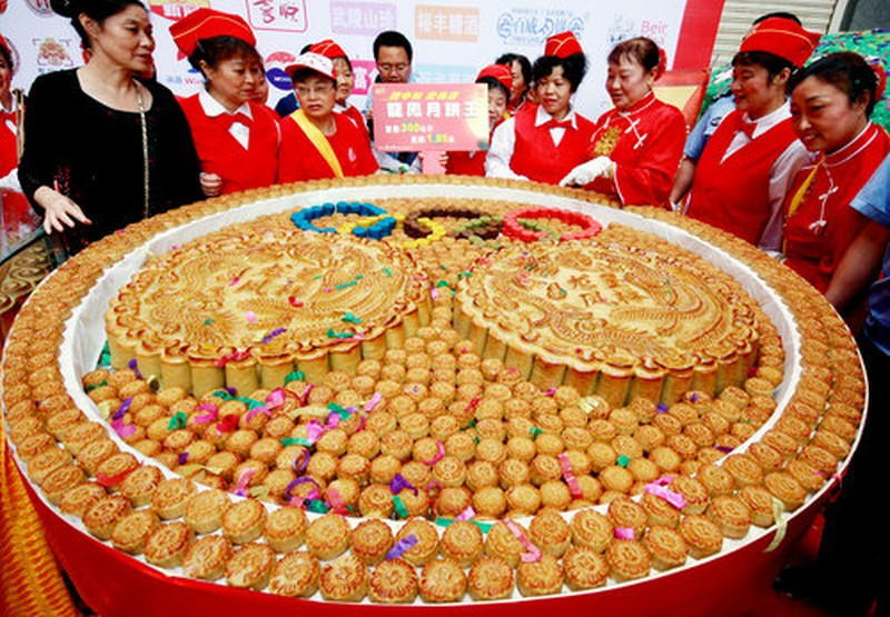"""Điểm danh loạt bánh Trung thu """"siêu to khổng lồ"""", có chiếc làm từ 4.000 lòng đỏ trứng với trọng lượng lên tới 13 tấn  - Ảnh 9."""