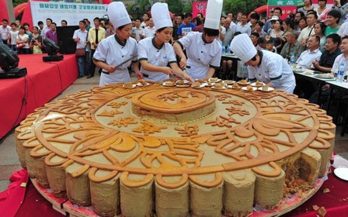"""Điểm danh loạt bánh Trung thu """"siêu to khổng lồ"""", có chiếc làm từ 4.000 lòng đỏ trứng với trọng lượng lên tới 13 tấn  - Ảnh 3."""