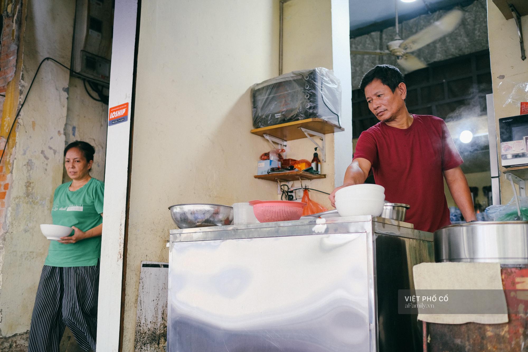 Quán phở sáng của ông chủ kỹ tính nhất nhì phố cổ Hà Nội: Có con dao thái không ai được động vào, bà vợ bán hàng chung gần 30 năm vẫn chỉ là… người bưng bê - Ảnh 4.