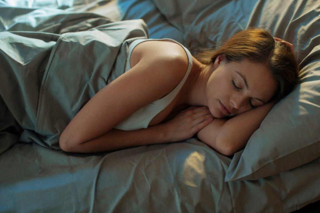 Vừa ăn no xong, đừng vội làm ngay 6 việc này vì sẽ làm tổn thương dạ dày, khiến cơ thể mệt mỏi, dễ mắc bệnh hơn - Ảnh 3.