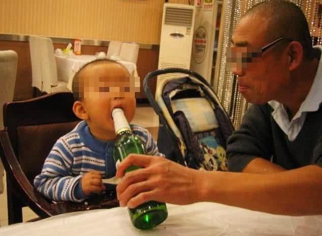 Cháu trai 8 tuổi tổn thương gan nghiêm trọng vì cốc bia mà ông nội cho uống mỗi ngày: 4 loại nước vô cùng nguy hiểm với trẻ nhỏ nhưng bố mẹ vẫn thờ ơ - Ảnh 2.