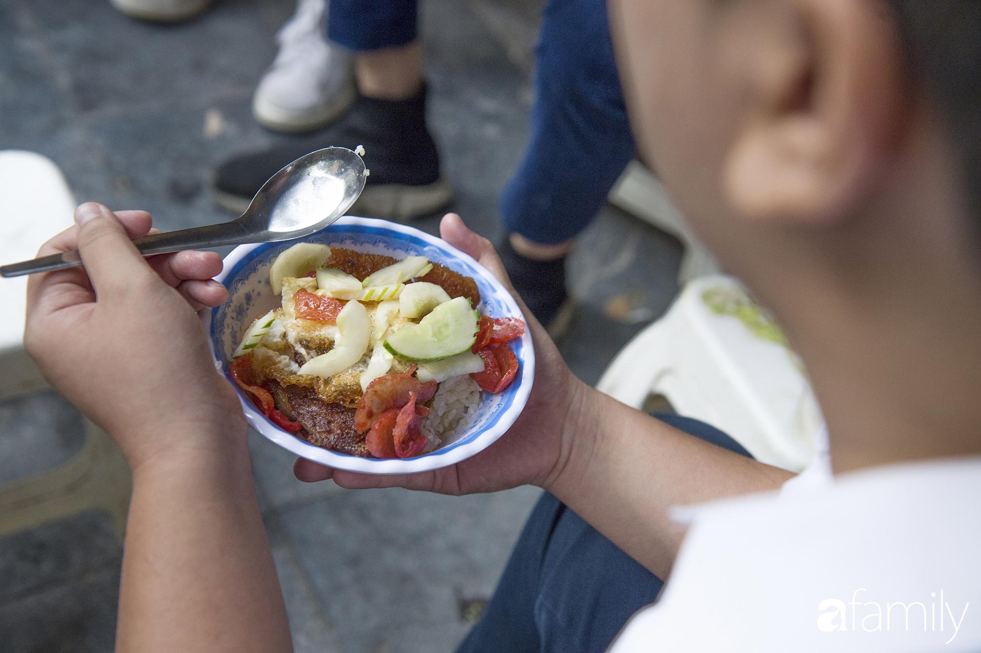 Hàng xôi sáng bán chớp nhoáng ở phố Hàng Mã gây sốt với thịt kho giòn bì và pate rán, nếm thử rồi mới thấy bõ công dậy sớm - Ảnh 7.