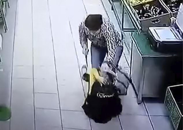 """Rúng động: Cựu hoa khôi vô cớ dùng dao đâm nhân viên siêu thị nhiều nhát, câu nói khó hiểu đầy thù hằn lúc hành động khiến nhiều người """"lạnh gáy"""" - Ảnh 5."""