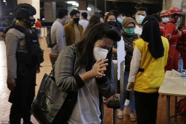 Vụ máy bay rơi ở Indonesia: Tìm thấy nhiều phần thi thể nghi là của nạn nhân, gia đình nuôi hy vọng tìm được xác người thân - Ảnh 7.