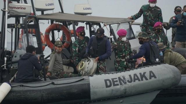 Vụ máy bay rơi ở Indonesia: Tìm thấy nhiều phần thi thể nghi là của nạn nhân, gia đình nuôi hy vọng tìm được xác người thân - Ảnh 5.