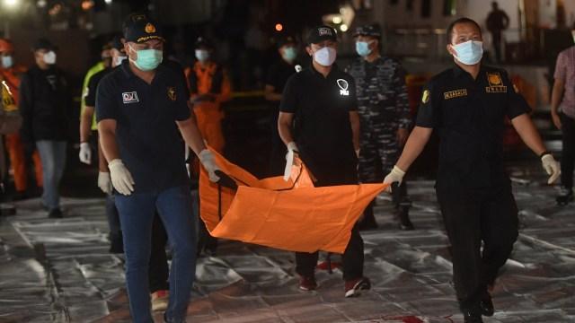 Máy bay rơi ở Indonesia: Phát hiện mảnh thi thể nghi là hành khách trên chuyến bay, hình ảnh đầu tiên về phi công  - Ảnh 1.