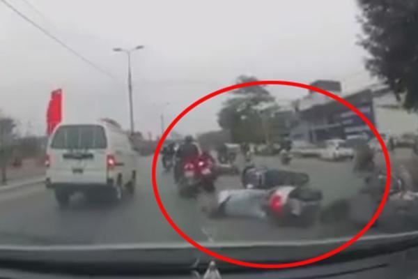 Hà Nội: Hàng loạt xe máy đang chạy bỗng ngã lăn ra giữa đường, nguyên nhân sự việc khiến ai nấy tò mò - Ảnh 2.