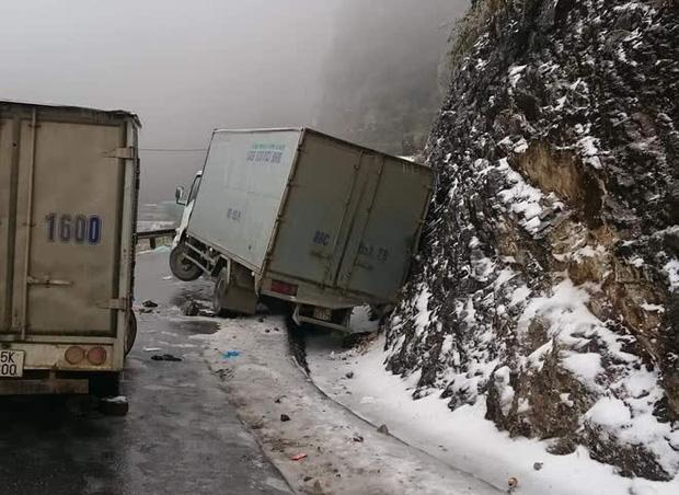 Cảnh báo: Các tài xế cần đặc biệt thận trọng khi đi Sa Pa bởi đường băng tuyết trơn trượt, đã có nhiều phương tiện gặp nạn - Ảnh 1.