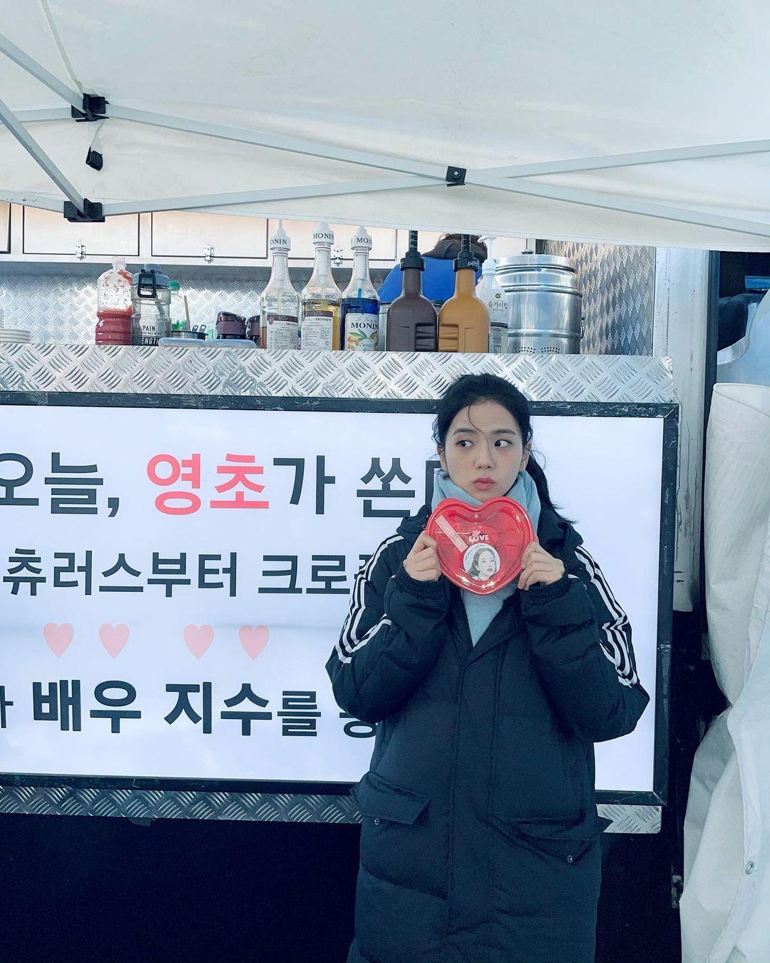Jisoo chỉ cao 1m62 nhưng vẫn có cả loạt chiêu lên đồ mùa lạnh siêu yêu và ấm áp khiến ai cũng muốn copy theo - Ảnh 9.