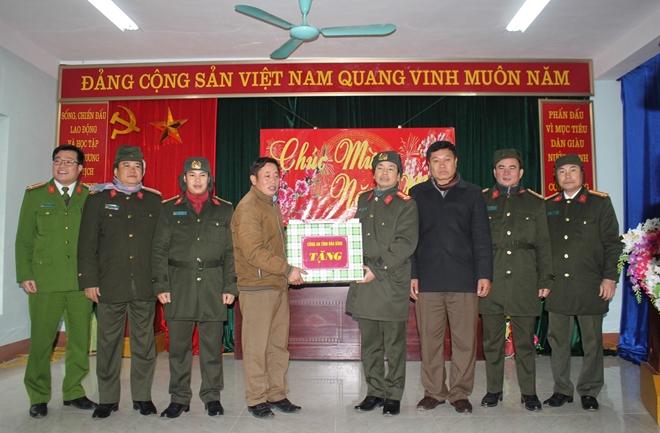 Công an tỉnh thăm, chúc tết đồng bào dân tộc Mông - Ảnh 2.
