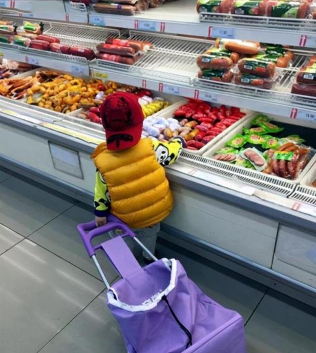 """Thấy con trai 4 tuổi tự ý ăn dâu tây trong hộp của siêu thị, bà mẹ vội ngăn lại rồi """"chết sững"""" khi nghe con nói 1 câu"""