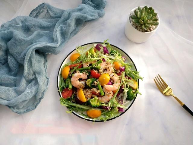 Mách chị em cách làm salad rau củ giải ngấy: Thao tác chưa đầy 15 phút là có ngay đĩa salad xanh mướt, nhìn là thích ăn là mê! - Ảnh 1.