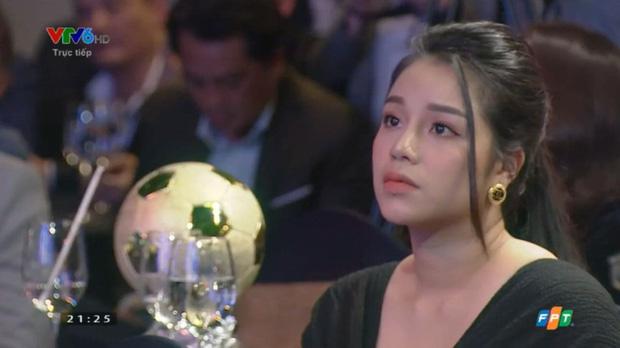 Vợ cầu thủ Bùi Tiến Dũng lần đầu xuất hiện sau đám cưới, nhan sắc khác biệt của Khánh Linh gây chú ý  - Ảnh 2.