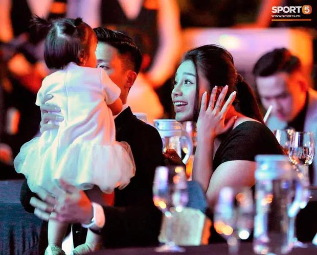 Vợ cầu thủ Bùi Tiến Dũng lần đầu xuất hiện sau đám cưới, nhan sắc khác biệt của Khánh Linh gây chú ý  - Ảnh 4.