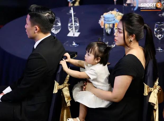 Vợ cầu thủ Bùi Tiến Dũng lần đầu xuất hiện sau đám cưới, nhan sắc khác biệt của Khánh Linh gây chú ý  - Ảnh 3.