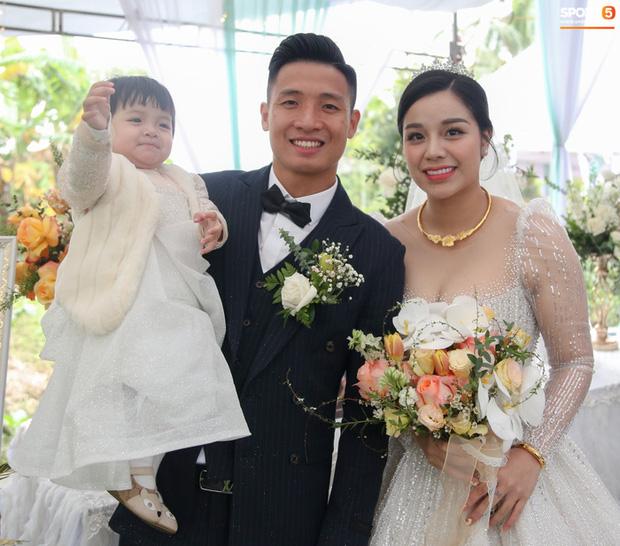Vợ cầu thủ Bùi Tiến Dũng lần đầu xuất hiện sau đám cưới, nhan sắc khác biệt của Khánh Linh gây chú ý  - Ảnh 7.