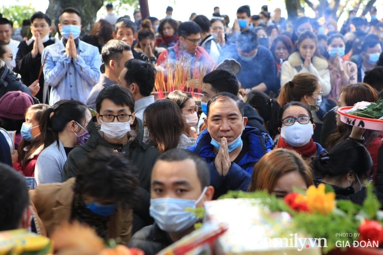 Ngày mồng 01 tháng cuối cùng của năm, dân công sở tranh thủ giờ nghỉ trưa kéo nhau đi lễ - Ảnh 9.