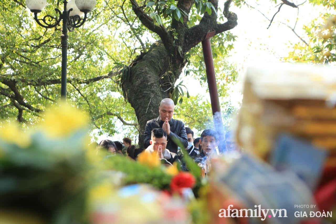 Ngày mồng 01 tháng cuối cùng của năm, dân công sở tranh thủ giờ nghỉ trưa kéo nhau đi lễ - Ảnh 7.