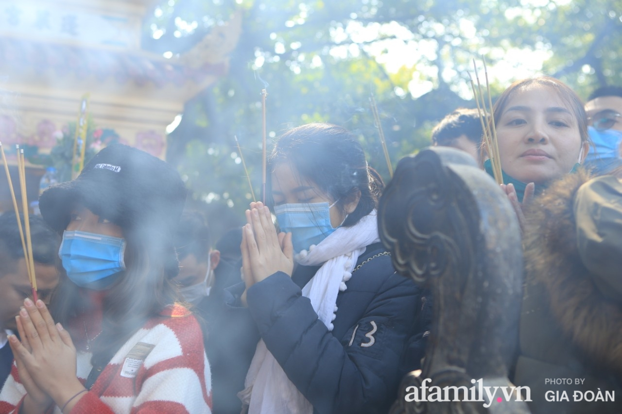 Ngày mồng 01 tháng cuối cùng của năm, dân công sở tranh thủ giờ nghỉ trưa kéo nhau đi lễ - Ảnh 10.