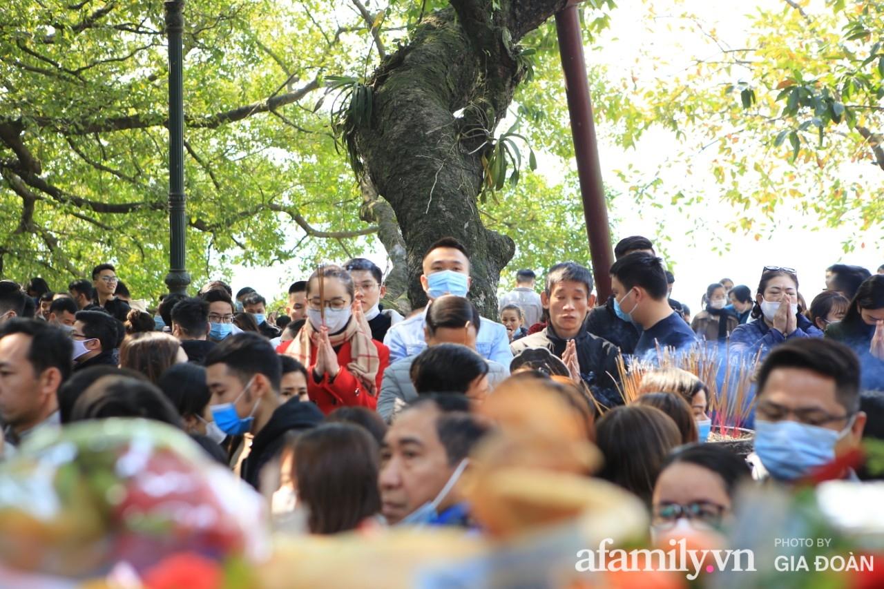 Ngày mồng 01 tháng cuối cùng của năm, dân công sở tranh thủ giờ nghỉ trưa kéo nhau đi lễ - Ảnh 8.