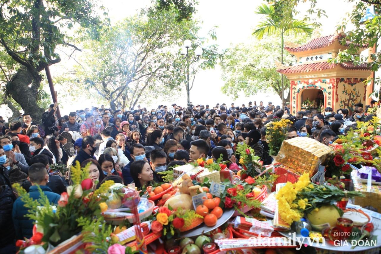 Ngày mồng 01 tháng cuối cùng của năm, dân công sở tranh thủ giờ nghỉ trưa kéo nhau đi lễ - Ảnh 13.