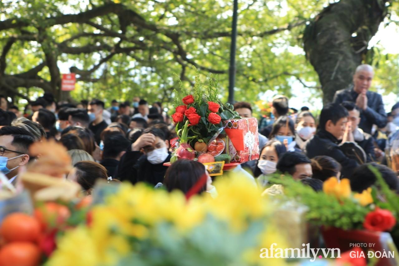 Ngày mồng 01 tháng cuối cùng của năm, dân công sở tranh thủ giờ nghỉ trưa kéo nhau đi lễ - Ảnh 12.