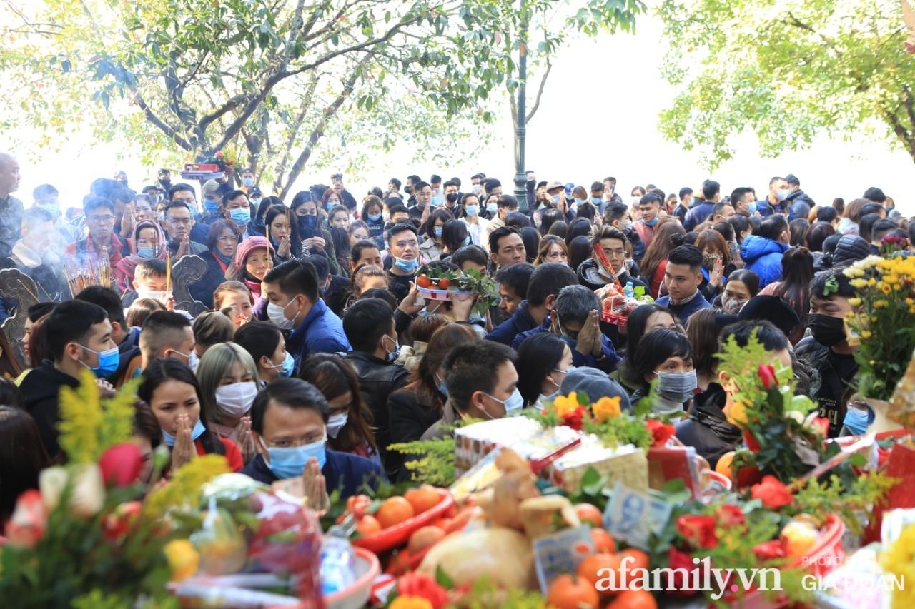 Ngày mồng 01 tháng cuối cùng của năm, dân công sở tranh thủ giờ nghỉ trưa kéo nhau đi lễ - Ảnh 15.