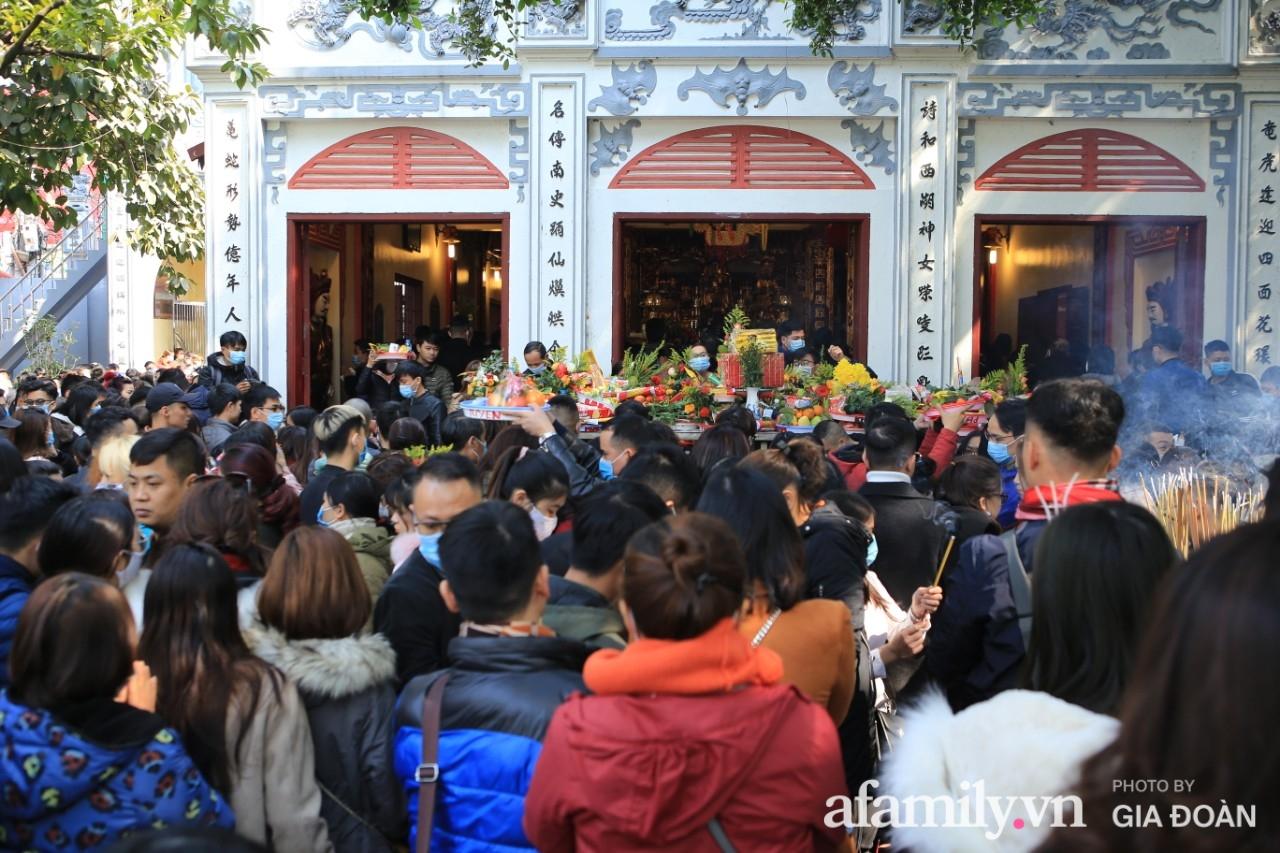 Ngày mồng 01 tháng cuối cùng của năm, dân công sở tranh thủ giờ nghỉ trưa kéo nhau đi lễ - Ảnh 6.