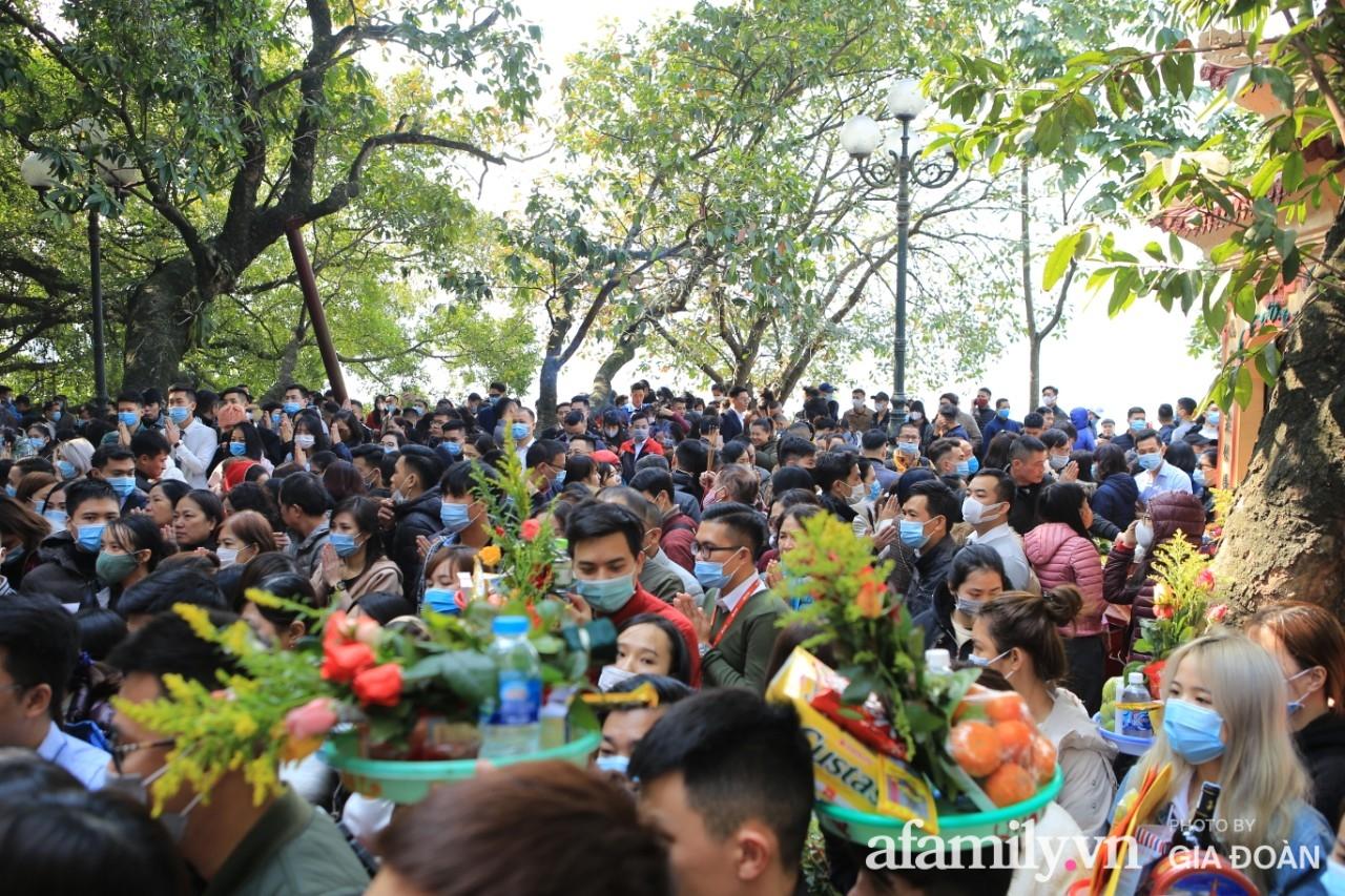 Ngày mồng 01 tháng cuối cùng của năm, dân công sở tranh thủ giờ nghỉ trưa kéo nhau đi lễ - Ảnh 5.