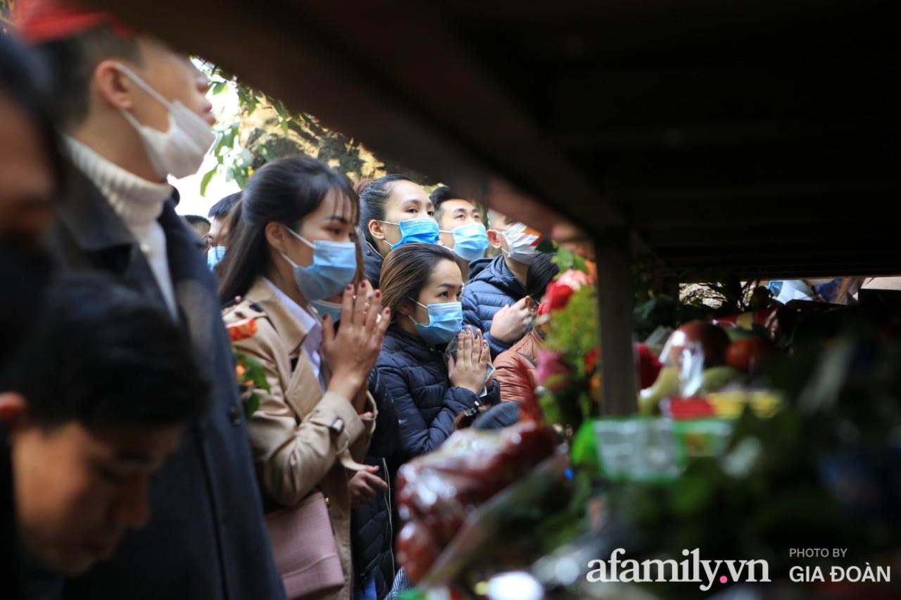 Ngày mồng 01 tháng cuối cùng của năm, dân công sở tranh thủ giờ nghỉ trưa kéo nhau đi lễ - Ảnh 11.