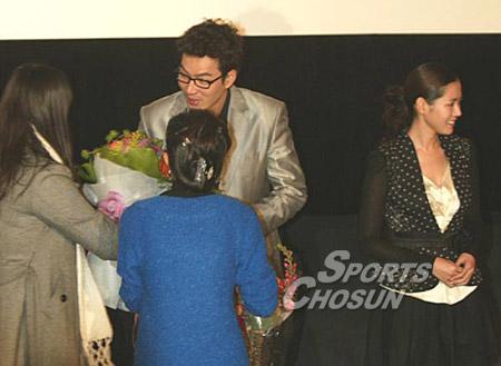 Bộ ảnh Son Ye Jin bị khán giả lơ đẹp không ai đếm xỉa, mặt buồn thiu thuở mới vào nghề hot trở lại, netizen xem lại đều buồn thay - Ảnh 4.