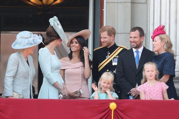 """Hoàng gia Anh """"đau đầu"""" khi nhà Sussex sắp quay trở lại trong khi vợ chồng Meghan Markle bày tỏ thái độ lấp lửng, ôm mộng sản xuất hài kịch - Ảnh 1."""