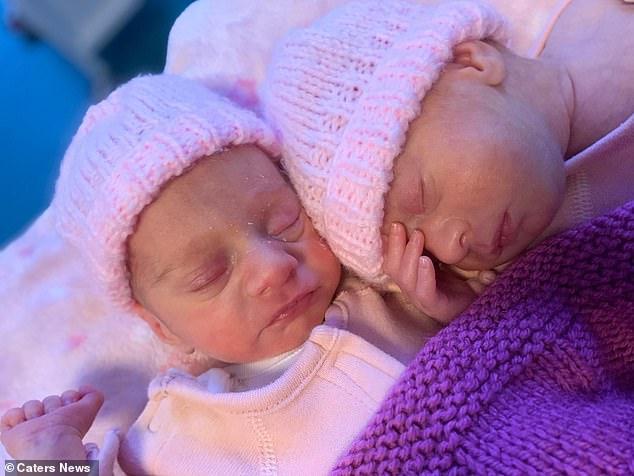 Tan chảy với khoảnh khắc kỳ diệu của cặp đôi sinh non ôm nhau khi vừa chào đời - Ảnh 2.