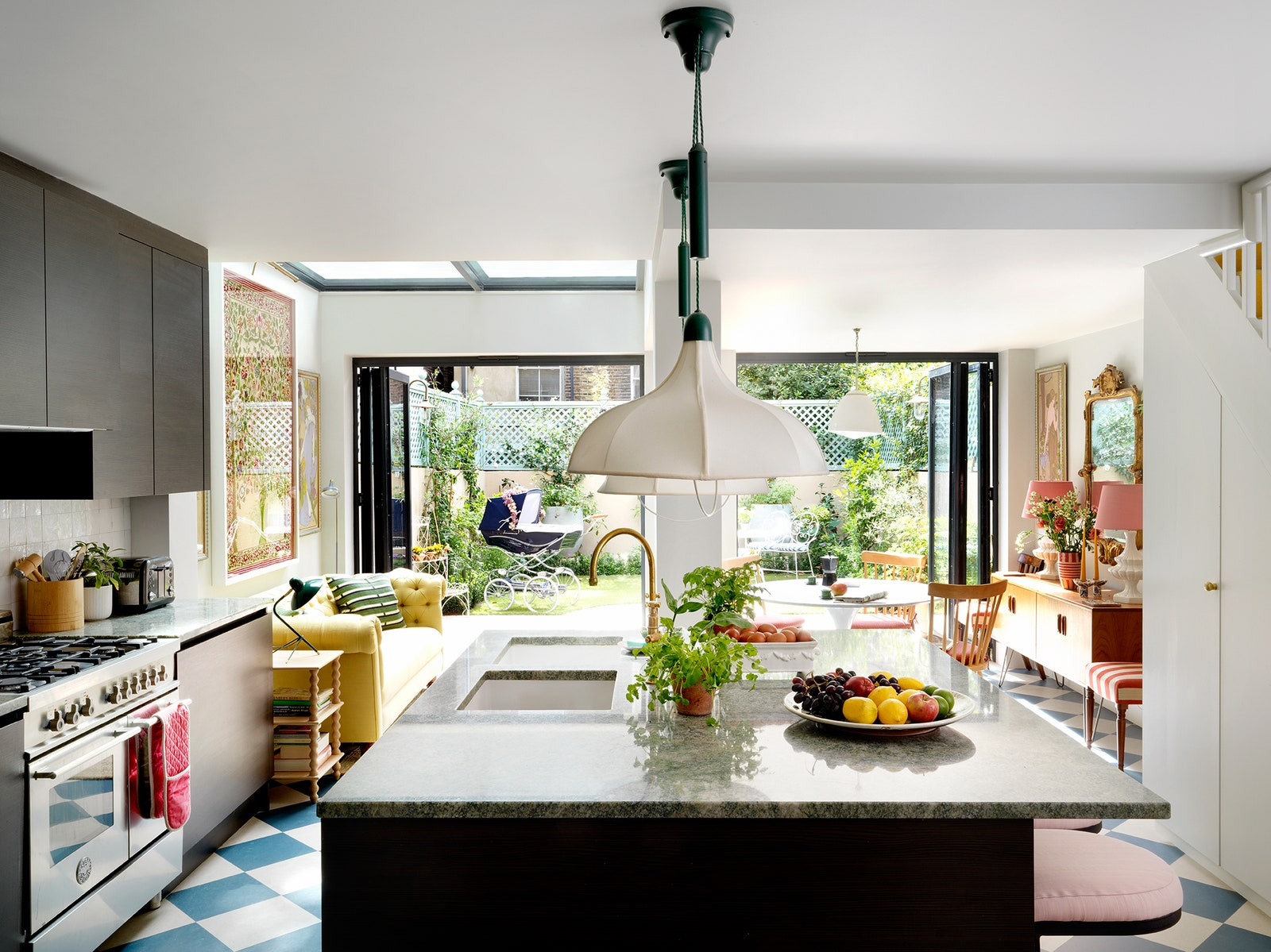 Nhà phố có không gian sống 3 trong 1 cực ấn tượng với decor màu ngập tràn sắc xuân - Ảnh 4.
