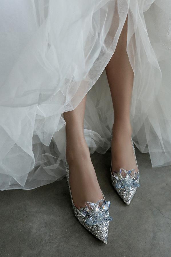 """Đôi giày """"Lọ Lem"""" triệu đô: Ngọc Trinh đi tắm cũng diện, Đàm Thu Trang hóa cô dâu cổ tích, riêng H'Hen Niê lại kêu trời vì chân đau điếng - Ảnh 3."""