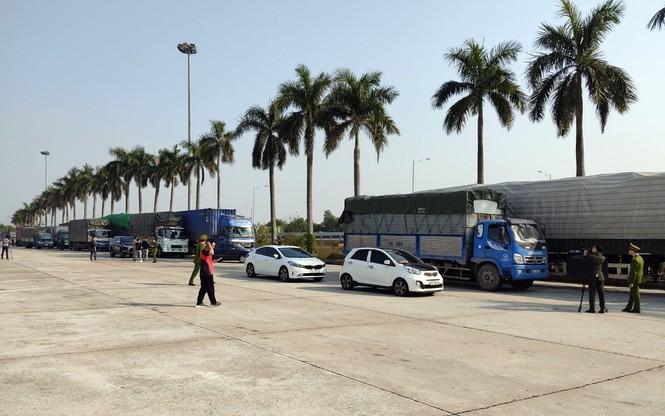 Bắt binh đoàn xe chở 300 tấn hàng lậu từ Quảng Ninh về Hà Nội tiêu thụ Tết - Ảnh 1.