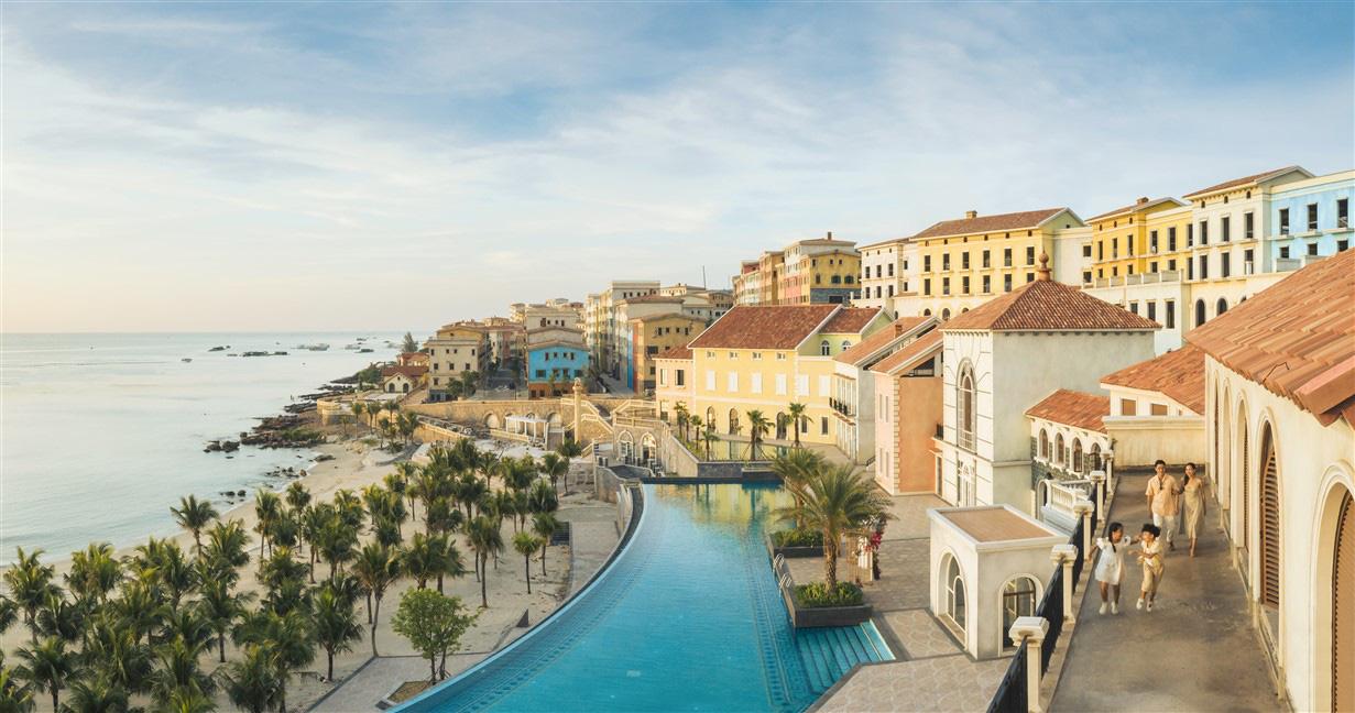 """""""Amalfi bên bờ Địa Trung Hải sẽ trở thành sàn catwalk đặc biệt nhất từ trước tới nay của Fashion Voyage - Ảnh 1."""
