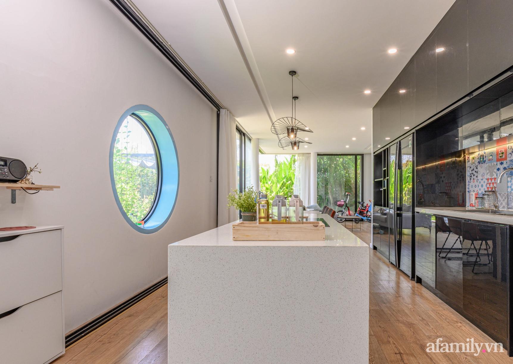 Ngôi nhà nhiều cây xanh và ánh sáng gói trọn bình yên của cặp vợ chồng kiến trúc sư ở Đà Nẵng - Ảnh 11.