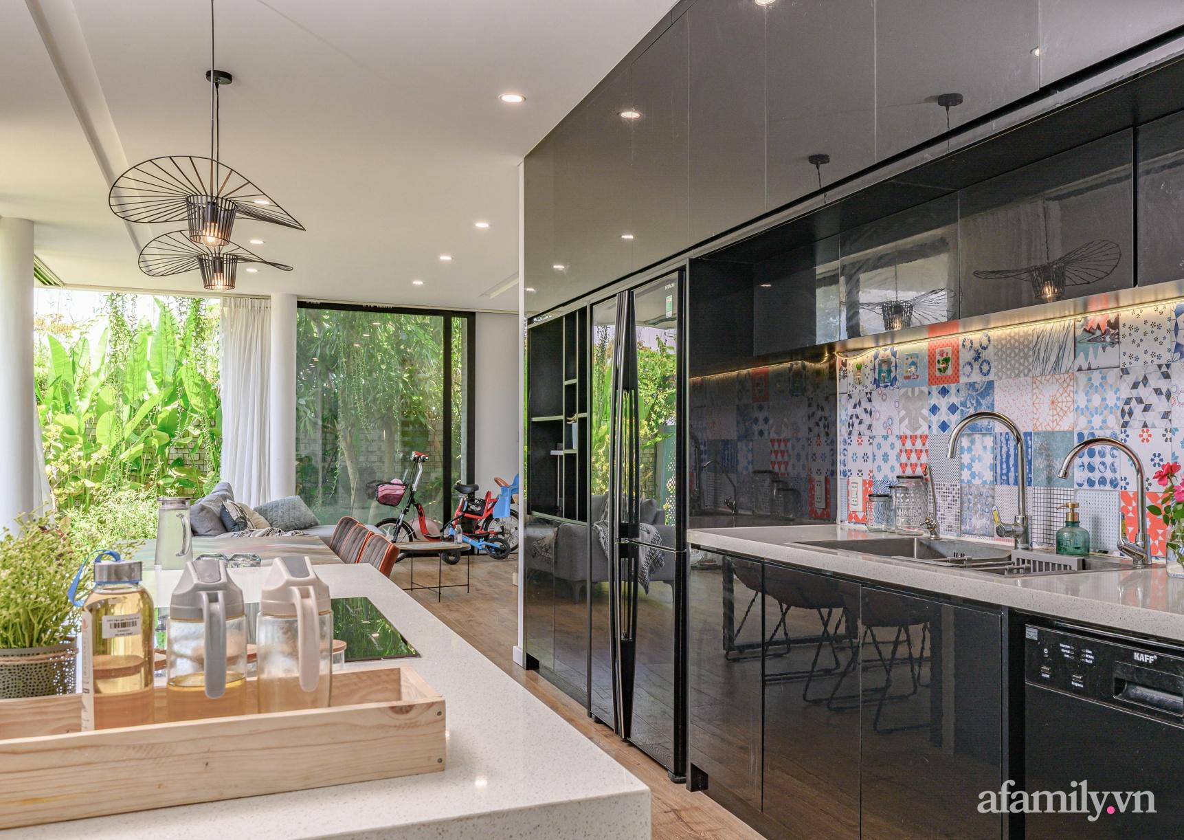Ngôi nhà nhiều cây xanh và ánh sáng gói trọn bình yên của cặp vợ chồng kiến trúc sư ở Đà Nẵng - Ảnh 10.