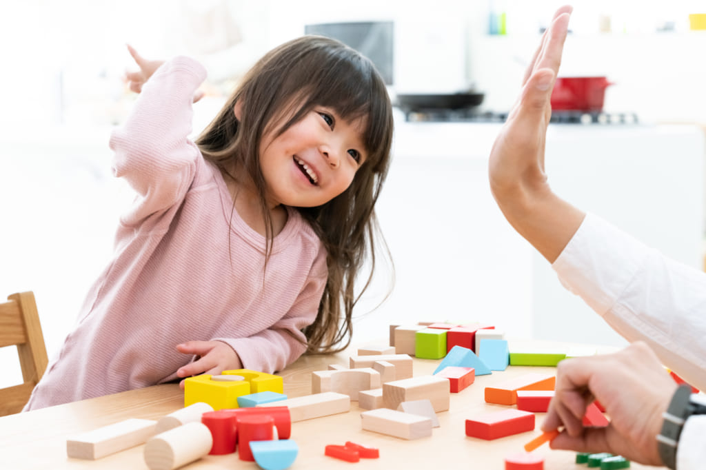 đồ chơi phát triển trí não cho bé