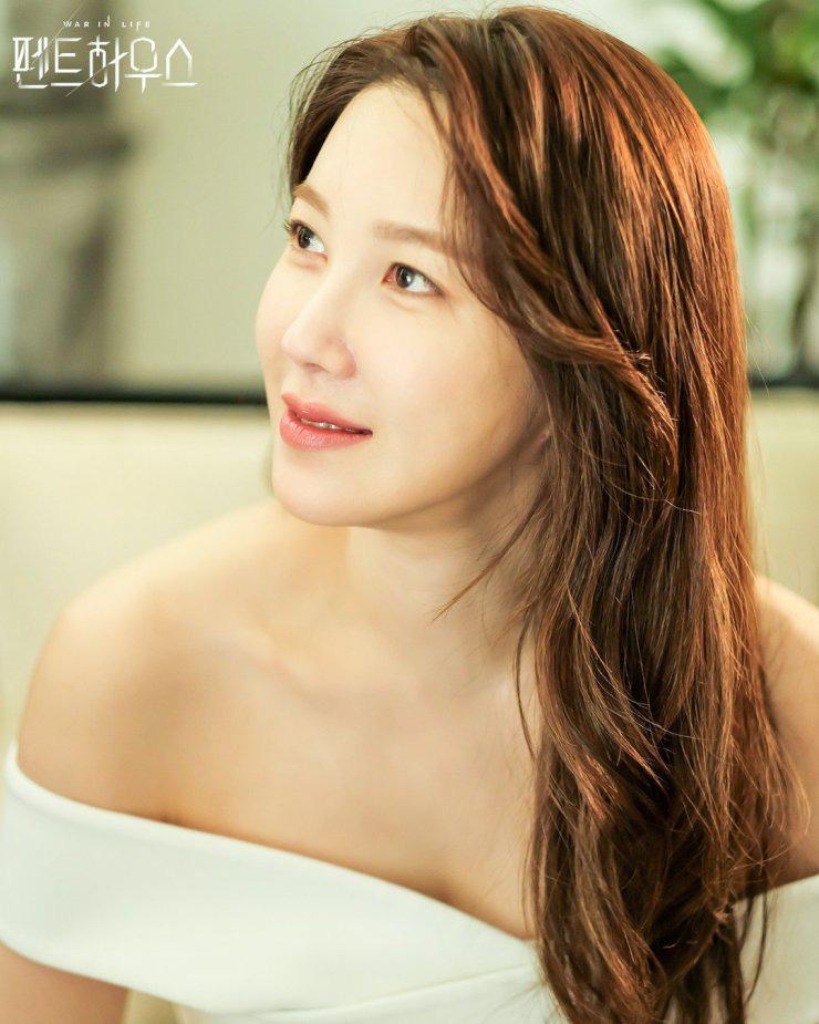 """""""Chị đại Penthouse"""" Lee Ji Ah đã 42 mà dáng vẫn đẹp nuột nà, bí kíp nhờ vào bộ môn giữ đỉnh cao sao Hàn nào cũng mê - Ảnh 1."""