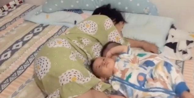 Mẹ mệt quá ngủ thiếp đi, hành động của cặp sinh đôi sau đó khiến ai cũng phải xúc động