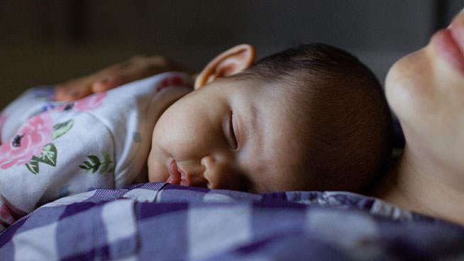 Truy tìm  thủ phạm khiến bé khó ngủ và các biện pháp giúp bé ngủ ngon, bớt giật mình, quấy khóc - Ảnh 1.