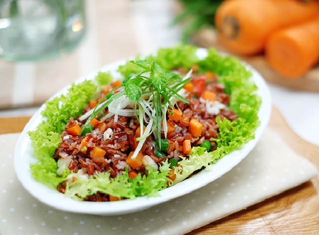 Mách chị em cách làm món cơm salad vừa ngon, vừa mới lạ: Ăn no mà không nặng bụng, cũng chẳng sợ tăng cân! - Ảnh 1.