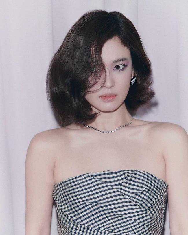 Song Hye Kyo, Jun Ji Hyun gây tranh cãi khi được truyền thông xứ Hàn khen ngợi lên hết lời, Son Ye Jin bị bỏ quên - Ảnh 2.