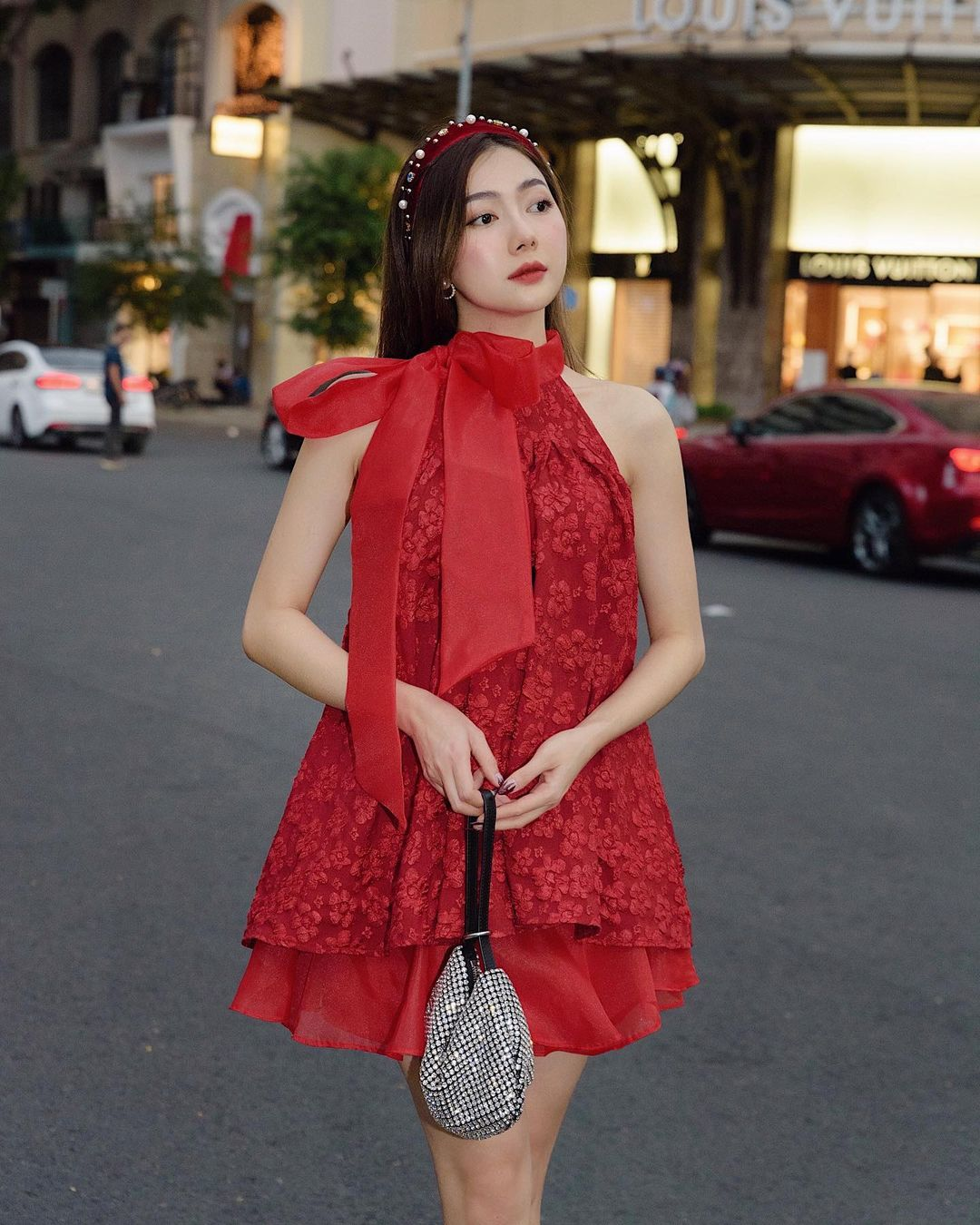 """10 mẫu váy đỏ rất sang chứ không hề chóe của các shop thời trang Việt, sắm ngay để năm mới """"đỏ thôi đen quên đi"""" - Ảnh 9."""