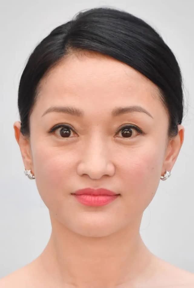 Khóe mắt của Châu Tấn đã hiện rõ những nếp nhăn.