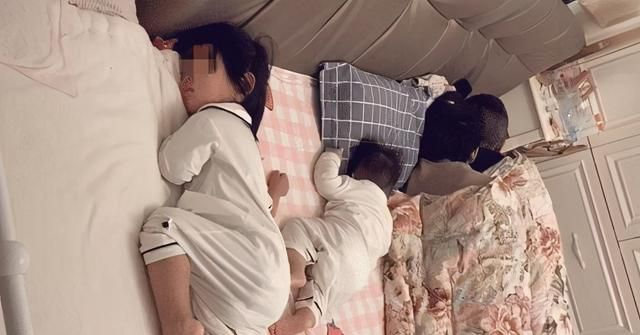 Cả nhà ngủ chung trên 1 chiếc giường trông rất hạnh phúc nhưng nhìn tư thế ngủ của 2 đứa trẻ ai cũng trách bố mẹ quá hớ hênh