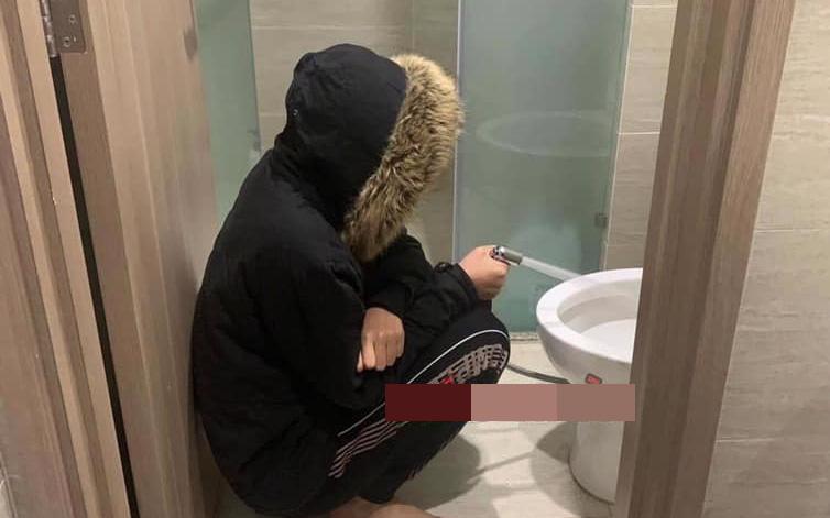 Có vợ là giáo viên, anh chồng đi vệ sinh quên không xả nước và kết quả bị phạt ngồi trước bồn cầu làm một việc không ai tưởng tượng nổi