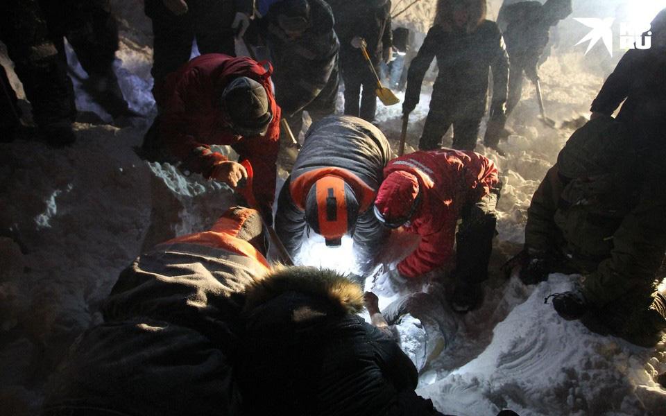 Gia đình 4 người đi du lịch thì gặp lở tuyết giữa đêm, con trai 14 tuổi là người duy nhất sống sót nhờ vào món đồ quen thuộc